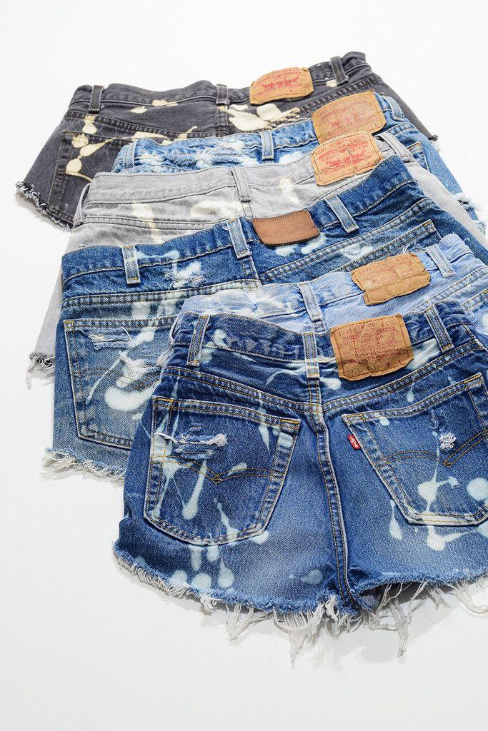 Estos pantalones cortos son muy bonitos. Vienen en negro, azul, y gris. Yo pienso llevar los pantalones cortos en el verano porque si yo llevar los pantalones en invernó yo estoy muy frío. Estas pantalones cortos son bajo pero muy lindo.