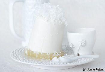 Kokosmousse mit Lime-Sirup und weißer Grapefruit