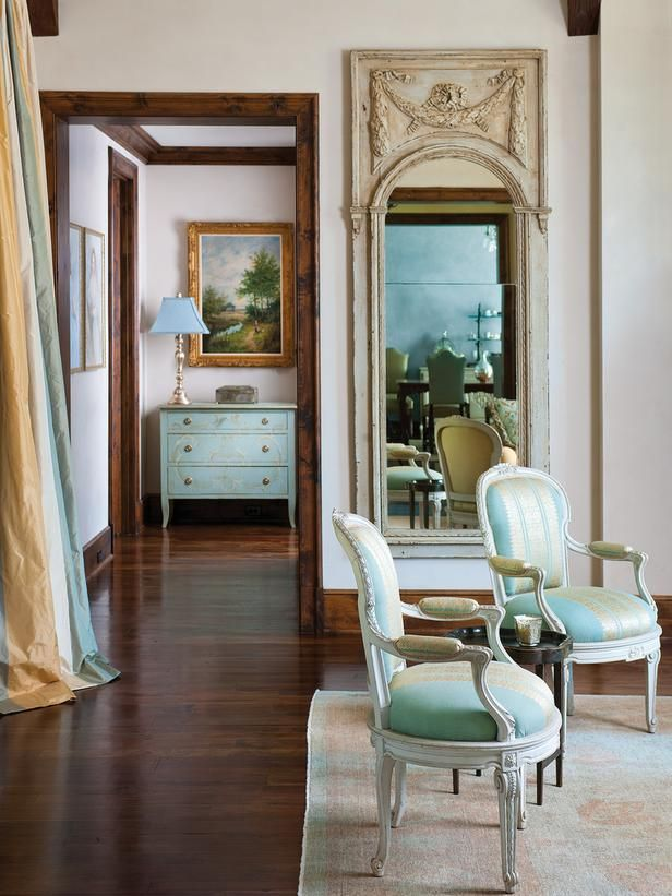 Allure of french and italian decor elegant sitting area for Elegant traditional living rooms
