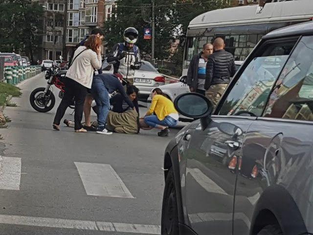Doi copii în vârstă de doi și cinci ani și mama acestora au fost loviți de un autoturism în zona centrală a Ploieștiului, în spatele hotelul...