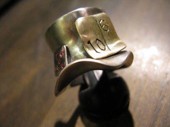 マッドハッターの帽子を指輪にしました。トランプと10/6が帽子にくっついています。インパクトとボリューム感があり、注目度の高いアイテムになります。素材:リング...|ハンドメイド、手作り、手仕事品の通販・販売・購入ならCreema。