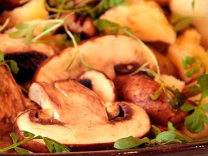 Aprende a preparar esta receta de Ensalada de portobellos, peras y parmesano, por Bruno y Olivier  en elgourmet