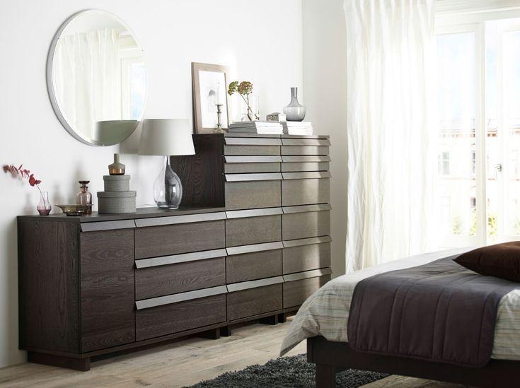 Dormitorio con dos cómodas de 6 cajones y una de 3 con 1 puerta, todo en chapa de abedul teñida de marrón.