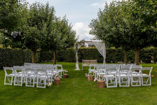 Credit: Nicole Bosch Fotografie - geen persoon, gras (term), zitting (meubels), tuin, gazon (grasveld), buitenshuis, hout, boom (plant), bench (metonymie), zomer, stoel, park, leeg, natuur, gezin