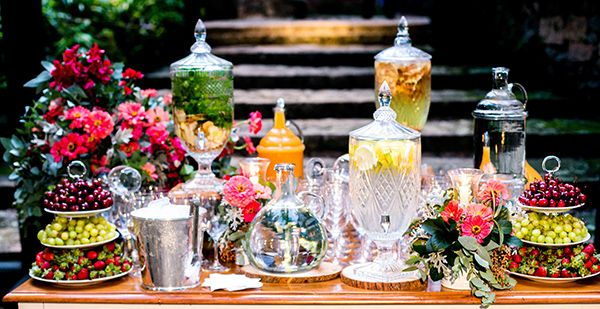 Casamento na fazenda - Mesa de águas frescas para as boas vindas dos convidados by Buffet Zest
