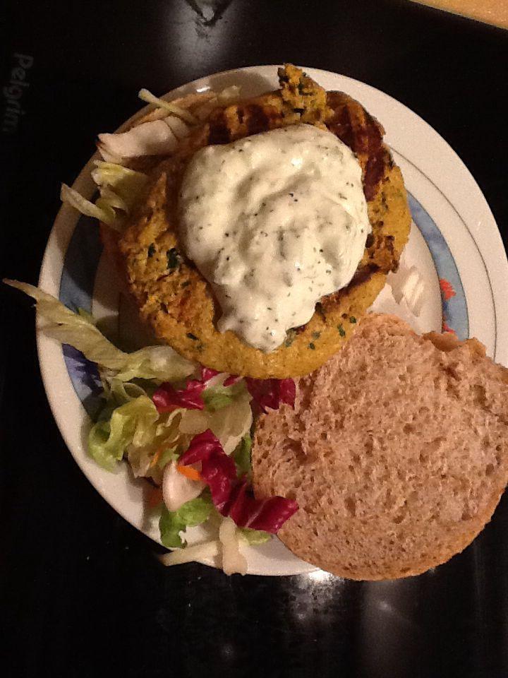Broodje Indiaase kipburger met tzatziki.