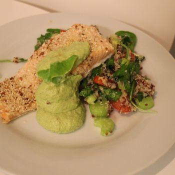 frö- och ingefäralax med quinoasallad och avokadomouss