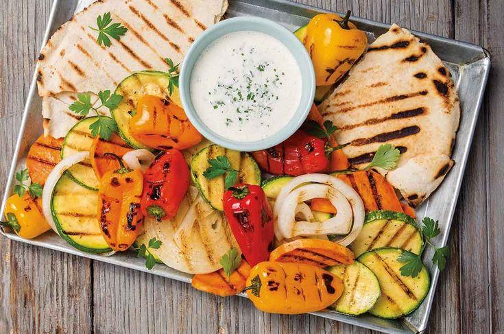 Ten invitados felices en tu próximo fin de semana de asador con esta parrilla vegetariana, una delicia fácil de preparar y económica.