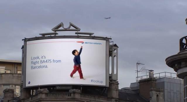 デジタルサイネージの可能性を示す、英航空会社の愉快な看板広告  |  AdGang