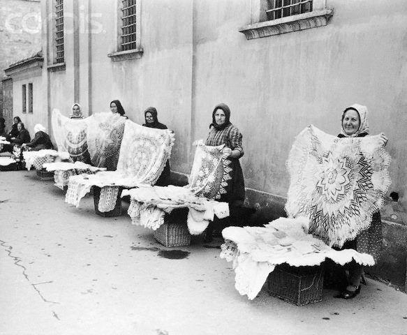 Budapest, 1954 - Csipkét árusító asszonyok. - Hungary