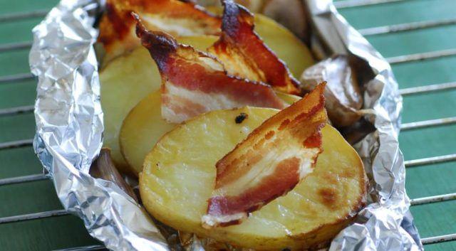 Zemiaky s cesnakom a so slaninou v alobale