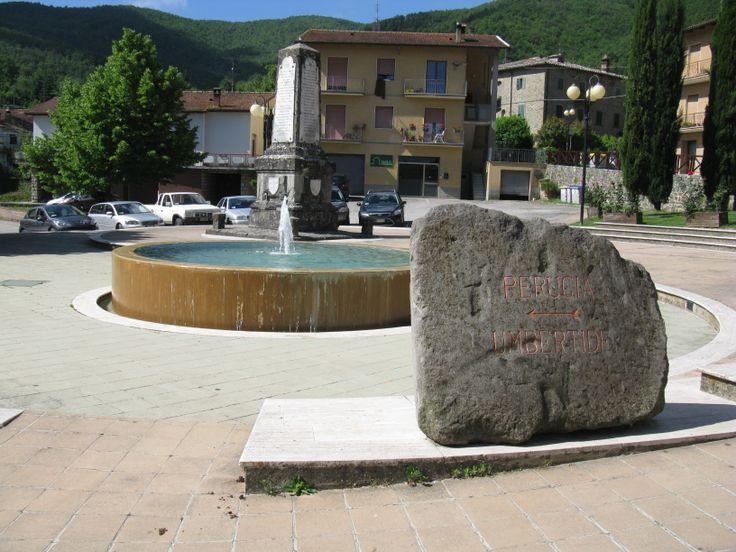 La piazza di Lisciano Niccone è piccola ma c'è tutto quello che serve, il Monumento ai Caduti, la Fontana, la pietra segnaletica.