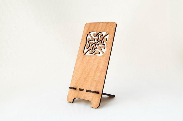 Handy-Zubehör - Geschnitztes hölzernes Telefon-Standplatz keltisch - ein Designerstück von IreneRustemova bei DaWanda