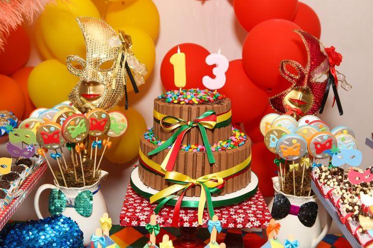 Nascidos em fevereiro, Léo e Helena ganharam a festa de aniversário com o tema Carnaval. Feita pela Miss Sugar, a decoração trouxe muitas bexigas, máscaras e plumas coloridas. Todos os convidados usaram fantasias e uma bandinha ao vivo transformou o evento em um divertido baile