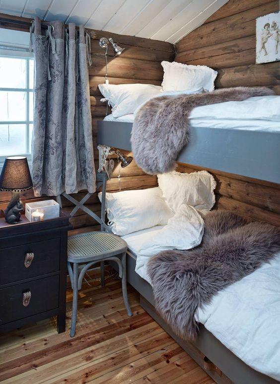 Dans la chambre des enfants au chalet à la montagne la décoration est grise et chaleureuse