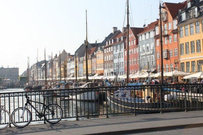 Nouveau port, Copenhague; Nyhavn ou le « nouveau port » du XVIIe siècle est certainement l'endroit le plus photographié de la capitale du Danemark après la fameuse statue de la Petite Sirène. Très animé à toute heure de la journée, il a perdu sa vocation de divertissement pour les marins pour devenir un haut lieu touristique. L'activité de prédilection : s'attabler à l'une des terrasses en admirant la foule qui passe à pied, à vélo ou en bateau…