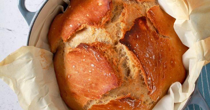 Dit brood zonder kneden is supergemakkelijk om klaar te maken, en toch krijg je een heerlijk rustiek brood met een krokante korst en zacht kruim.
