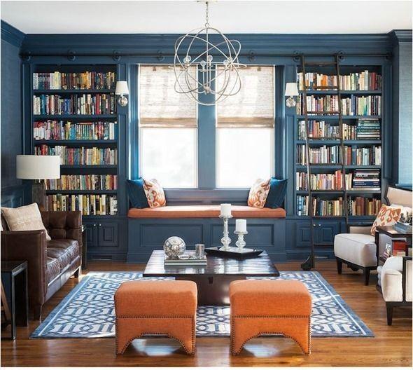 Soggiorno con libreria - Una capiente libreria a muro colorata per arredare un salotto accogliente.