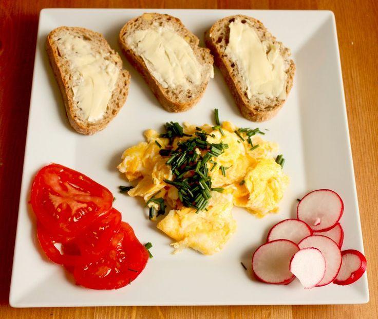 plasterki pomarańczowy sok jajecznica jajka chleb śniadanie rzodkiewka szczypiorek zielony pomidor pomidory świeże prowansalski