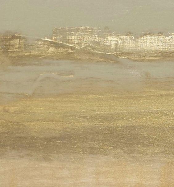 Suave, iridiscentes brillantes oro, capas gruesas y finas, mates y brillantes, rotas y lisas, en oro, caliente y fresco, en cascada las rayas de la humedad, todas me recuerdan a los estratos de arenisca cerca de Torrey Pines Beach y Parque de estado en La Jolla, California.  16 h x 16 w x 1 pulgadas de espesor. Una pintura de técnica mixta original con hoja de oro por Nicki sucecivamente, Ministerio de relaciones exteriores. No está disponible en galerías. Esta pintura del panel se ve muy…