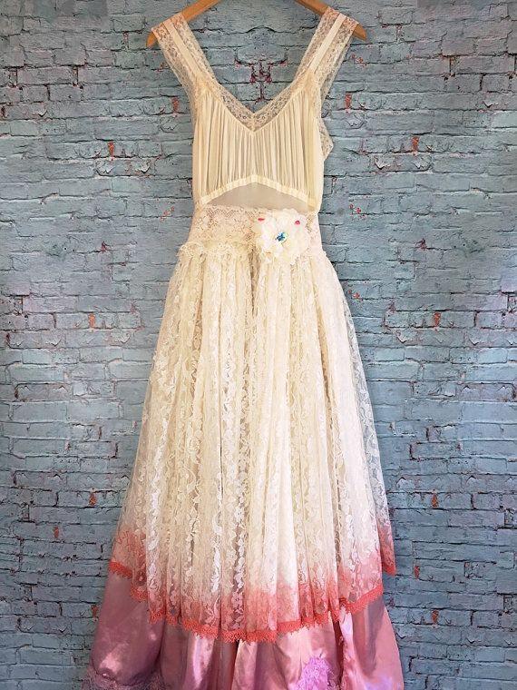Verkauf... war 350$  Eine von einer Art.  Die Spitze dieses Kleides ist Elfenbein farbigen Nylon mit Spitzenbesatz und Spitze & satin Bänder. Der Rock besteht aus drei Schichten. Die oberste Schicht ist die weiche weiße farbige Spitzen, das Bad an der Unterseite mit weichem Orange gefärbt trim gefärbt wurde. Es ist etwas länger im Rücken. Die nächste Schicht ist satin, dass ive Ombre gefärbt aus Pfirsich, rosa bis lila. Es hat Spitzen Saum und rosa Perlen Alencon Spitze Applique. Gefütter...