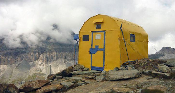 BIVACCO CITTA' DI MARIANO - Il Bivacco Città di Mariano è situato a 2830 m. su uno sperone roccioso nell'alto vallone delle Cime Bianche appena sotto il Ghiacciaio di Ventina e di Tzère e dispone di 9 posti letto. Costruito nel 1974 dal CAI di Mariano Comense, serve quasi esclusivamente agli alpinisti per l'ascensione alla soprastante Gobba di Rollin. E' stato dipinto di giallo nell'estate del 2008; prima il bivacco era di colore rosso.
