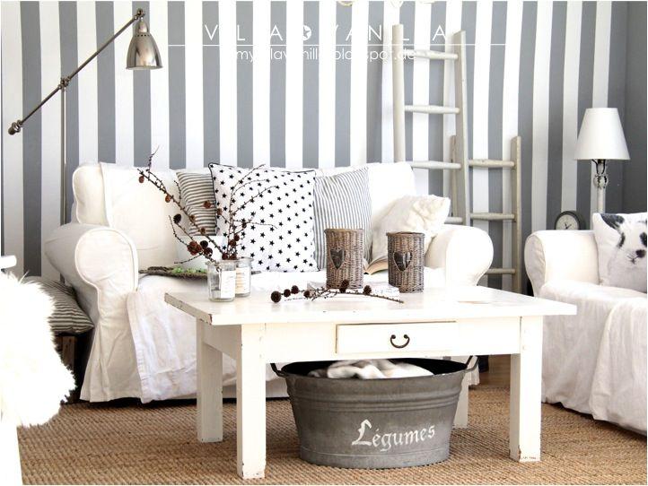 Villa ✪ Vanilla Me gusta este living, las paredes rayadas, el gris y blanco, las escaleritas, los objetos decorativos, los almohadones, todo!
