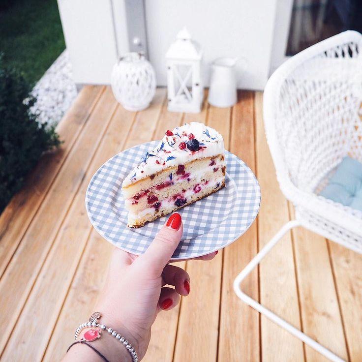 """""""Tohle je hodně mňam 👌🏻 Takový lehounký,  letní a nese název Berry White 🍰 Krásný večer 😘 #dortik…"""""""