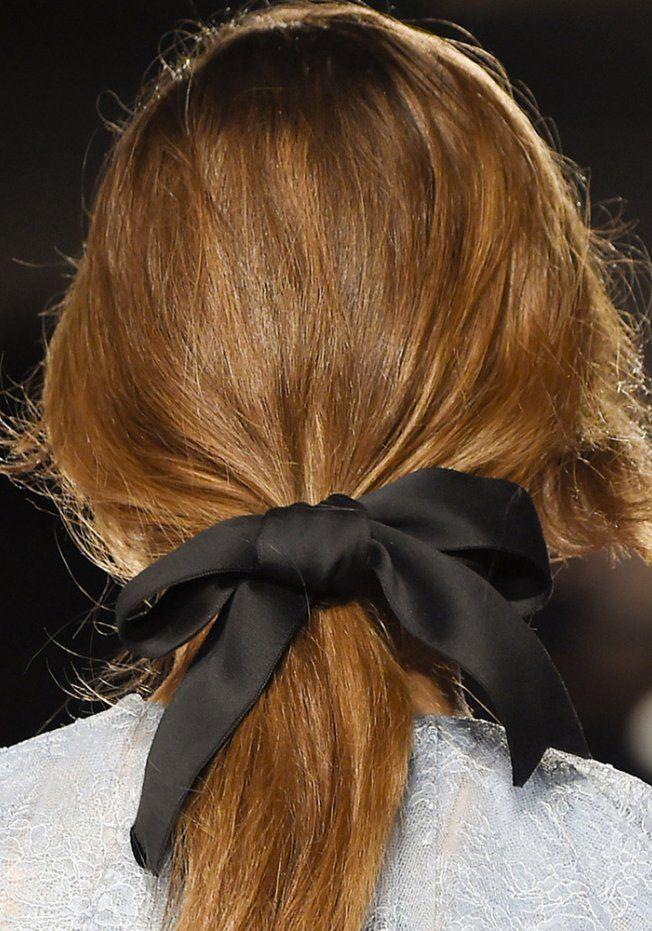 Tendances coiffure automne-hiver : la queue-de-cheval basse à noeud chez Philosophy