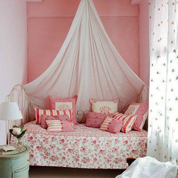 デイベッド回りに、ガーリーな花柄をあしらったリネンを散りばめます。レトロな素材のファブリックを合わせて、甘過ぎない質感を出しています。ベッドの上から優しいカーテンを吊るしたスタイルも素敵です。