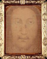 """Niezwykła relikwia, nazywana """"Chustą z Manopello"""" spoczywa w gablocie nad ołtarzem w małym kościółku około 170 kilometrów od Rzymu. Na niesłychanie cienkiej i przejrzystej tkaninie uwieczniony jest wizerunek Zmartwychwstałego Jezusa Chrystusa, który odnaleziony został w schowku nad jedną z bram Edessy."""