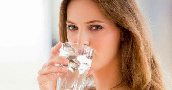 Minum Air Mineral Saat Sakit Berbahaya Bagi Kesehatan - dokter di Kings College Hospital, London, Inggris berpendapat sebaliknya, yaitu air mineral justru memperburuk kondisi dengan menimbulkan gejala penyakit lain.