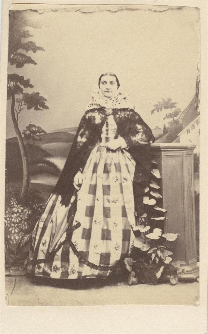 Προσωπογραφία γυναίκας με παραδοσιακή φορεσιά Εμμανουήλ Συρμαλένιος [Μήλος], π. 1859 - 1868. Φωτογραφικό αρχείο Εθνικής Πινακοθήκης. www.nationalgallery.gr
