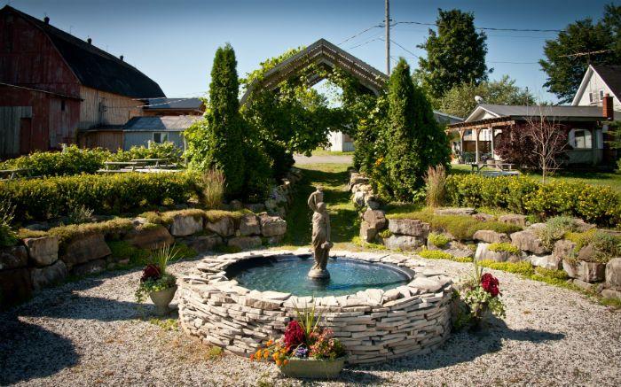 La fontaine à l'entrée du vignoble de la Bauge