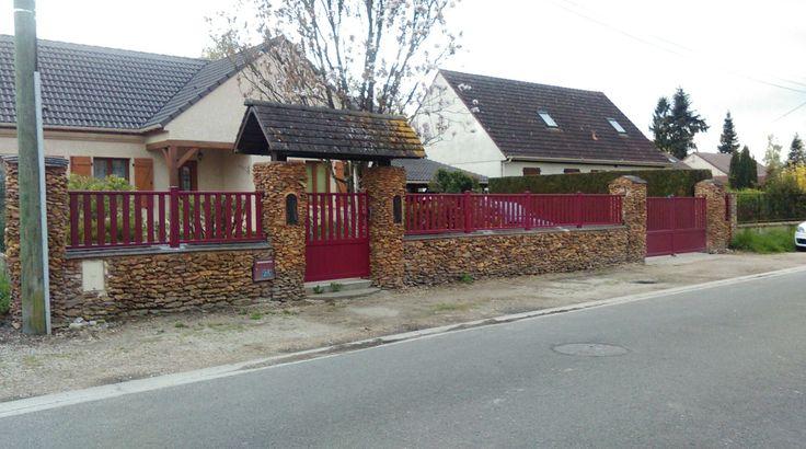 Très beau rendu chez nos clients pour un ensemble en aluminium d'une clôture, un portail et portillon en kit OLBO en rouge RAL 3004