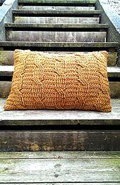crocheted pillow | cabled pillow | crocheted cables | crocheted interior | crochet pattern | heklepute | heklet pute