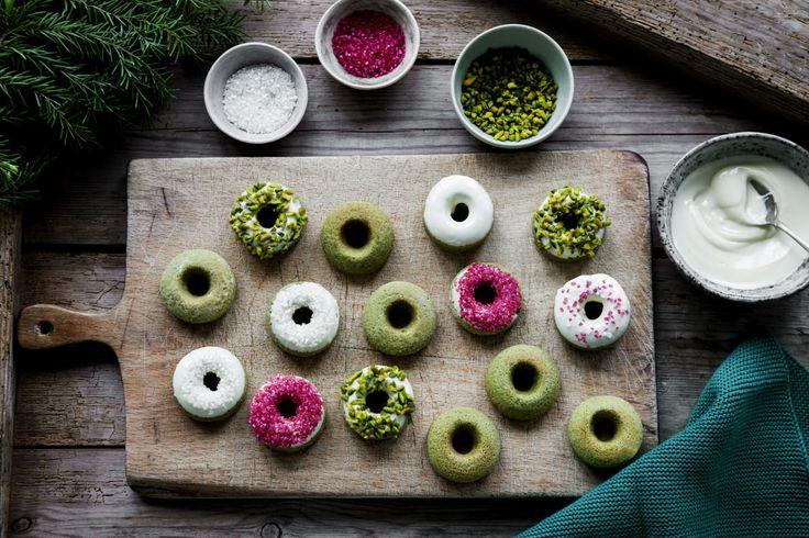 Den Ofen auf 180 °C vorheizen. Eine Donut-Backform einfetten und mit Mehl ausstäuben. In einer Schüssel Matcha, Mehl, Backpulver, Natron, Salz und Zucker miteinander vermischen. In einem Messbecher Öl, Ei, Buttermilch und das Mark der Vanilleschote mit dem Schneebesen verquirlen.…