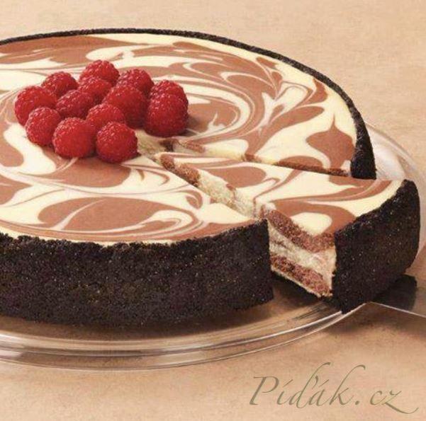 POTŘEBNÉ PŘÍSADY:  150 g sušenek 125 g másla  3 balení philiadelphia (smetanový sýr)  200 g smetany  100 g mléčné čokolády 100 g  bílé čokolády  75g cukr 6  plátků želatiny  POSTUP PŘÍPRAVY:  Rozdrtíme sušenky v igelitovém sáčku s pomocí válečku.
