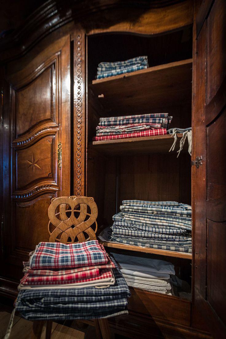 """Piles de """"Kelsch"""" dans une Armoire de mariage à décor marqueté et sculpté du début du XIXesiècle, provenant d'Alsace Bossue, Bas-Rhin (France) – Coll. du Musée alsacien – Crédit Photo: Claude Truong-Ngoc – Licence CC BY-SA 3.0 - Le """"Kelsch"""" est un tissu traditionnel alsacien fait de lin, de coton ou de métis orné de motifs à carreaux"""