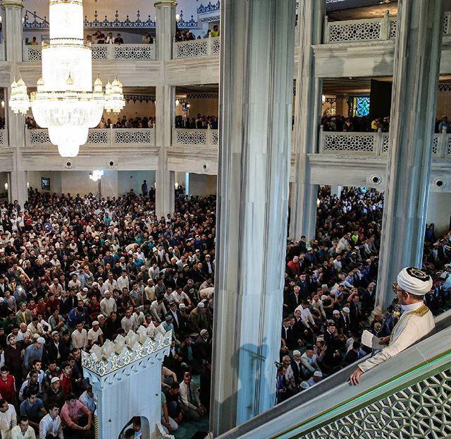 Мусульмане начали праздновать Уразу-Байрам — один из главных мусульманских праздников, знаменующий окончание поста в священный месяц Рамадан. С утра в мечетях Москвы и многих других городов и сел нашей страны прошли праздничные молитвы. Верующие накрывают праздничные столы, ходят в гости и приглашают гостей к себе, раздают милостыню, просят друг у друга прощения. Праздник длится от одного до трех дней.  На завтра официально назначен праздник в Дагестане и Чечне (правда, отдыхают там уже с…