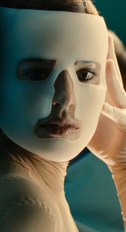 """""""La Piel que Habito"""" de Pedro Almodovar, programmé le samedi 16 juillet à 16h30 http://www.forumdesimages.fr/les-programmes/la-peau/la-piel-que-habito-avec-avertissement"""