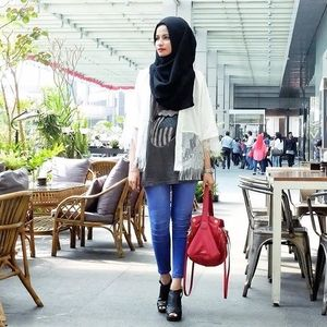 After exam. Time to crazy-chit-chat-time with my gurl @tasariputri.#OOTD #ClozetteID
