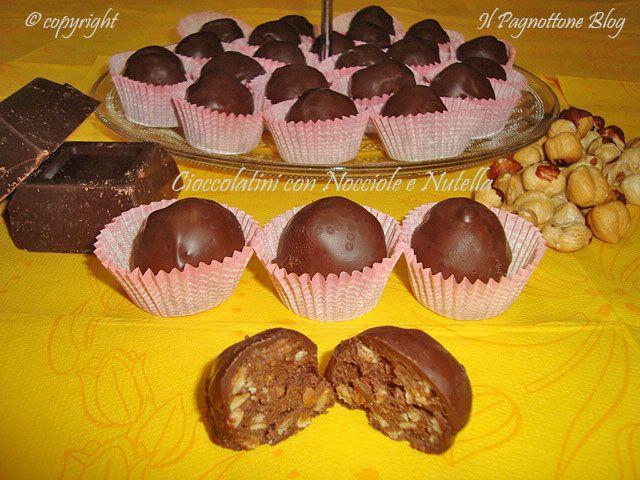Ciao a tutti! Oggi vi propongo dei dolcetti uno tira l'altro, i cioccolatini con nocciole e nutella. Sono semplici da fare, richiedono solo tre ingredienti, cioè nutella, nocciole e farina di mandorle e non prevedono cottura. Inoltre, sono ricoperti di cioccolato che rende il dolcetto ancora più godurioso. Io ho usato del cioccolato fondente, ma può essere usato anche quello al latte.