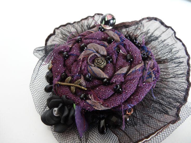 broche textile soie violette et perles : Broche par coeur-de-tissu