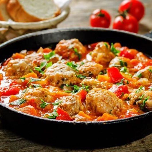 #cook_good  Мясные шарики из индейки с болгарским перцем  Ингредиенты:  Фарш из индейки — 450 г Нарезанный лук — 0,25 стак. Итальянские травы — 1 ч. л. Соль — 0,25 ч. л. Оливковое масло — 1 ст. л. Нарезанный желтый перец — 1 стак. Нарезанный красный перец — 1 стак. Нарезанные грибы — 1 стак. Измельченный чеснок — 1 зубчик Бульонный кубик со вкусом курицы — 1 шт. Сметана или сливки — 300 мл Мука — 4 ч. л. Вареный рис — 2 стак. Нарезанная свежая петрушка — по вкусу  Приготовление:  1. Смешать…