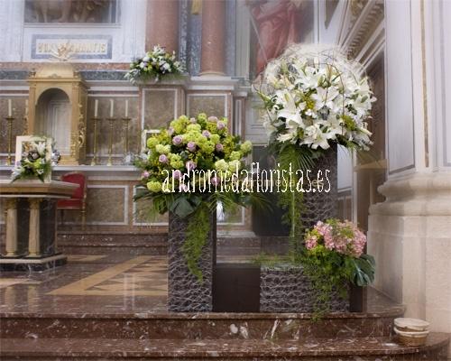 Bolas de flores en armonía sobre pedestales cuadrados.