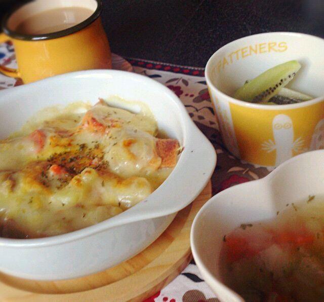 昨日の夜、 作ってもらったシチューの残りに 牛乳と小麦粉をちょっと足して パングラタンに♪ 楽させてくれてありがとう*♡ - 21件のもぐもぐ - 朝ごはん シチューの残りでパングラタン、野菜スープ、キウイフルーツ、カフェオレ by stredpepper
