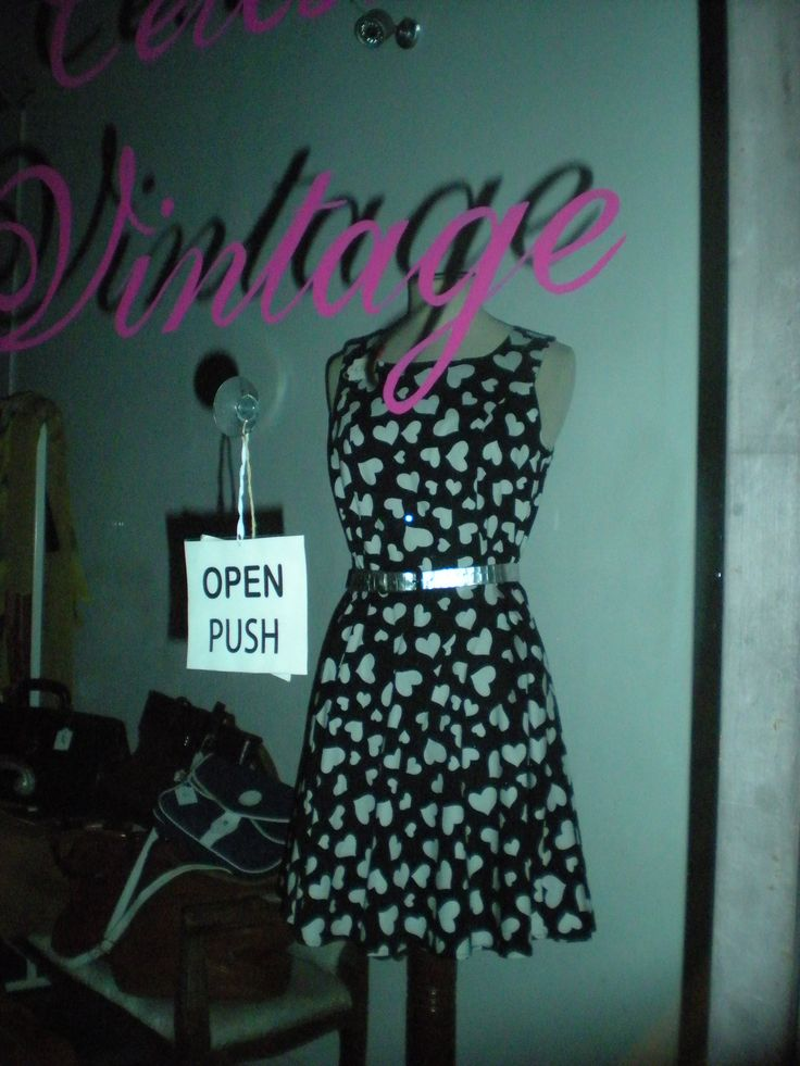 Vestito a cuori in un negozio vintage in Piazza San Felice