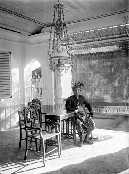 COLLECTIE TROPENMUSEUM Portret van Ida Bagoes Soeria punggawa van Boeboenan, Schrijftafels in de werkkamer van een huis aan het Koningsplein West, Batavia.