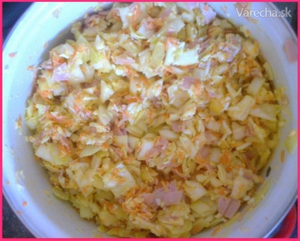 Svieži kapustový šalát  1/2 hlávky kapusta  2 ks cibuľa  2 ks vajcia na tvrdo  15 dkg syr tvdrý  1 ks jogurt biely  2 ks mrkva  1 PL horčica klasická  15 dkg šunka  1 PL olej olivový soľ Polovicu hlávkovej kapusty, cibuľu a mrkvu pokrájame nadrobno. Pridáme štipku soli, olivový olej a necháme chvíľu postáť. Zatiaľ si postrúhame syr, vajíčka a šunku nakrájame na malé kocky. Všetko spolu zľahka zamiešame, zalejeme bielym jogurtom a horčicou. Zamiešame ešte raz a môžeme konzumovať
